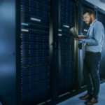 Cloud souverain : photo homme dans un data center